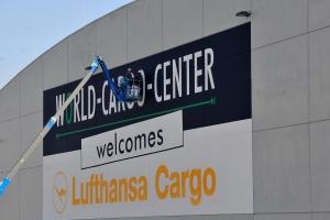 fassadenbeschriftung-lufthansa-cargo